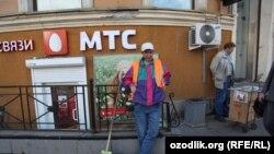 Мигрант из Узбекистана, работающий дворником в Санкт-Петербурге. 8 августа 2012 года.