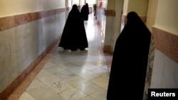 Женщины-охранники в печально известной тюрьме Эвин в Тегеране.