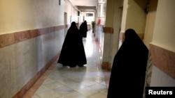 Gratë roje brenda burgut Evin të Teheranit.