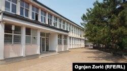 U školama u Srbiji danas nije bilo đaka, mada je trebalo da polažu test iz matematike. Na slici škola Vuk Karadžić u Beogradu
