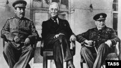 Иран - (слева направо) советский лидер Иосиф Сталин, президент США Франклин Рузвельт и премьер-министр Великобритании Уинстон Черчилль на конференции в Тегеране, ноябрь-декабрь 1943 г.