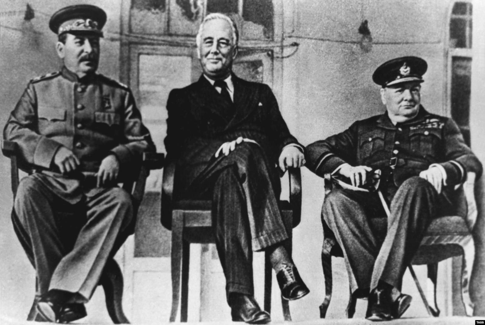 Солдон оңго: Иосиф Сталин, Франклин Делано Рузвельт, Уинстон Черчилл. Тегеран. 28-ноябрь – 1-декабрь, 1943-жыл.
