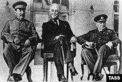 Солдон оңго: Иосиф Сталин, Франклин Делано Рузвелт, Уинстон Черчилл. Тегеран. 28-ноябрь – 1-декабрь, 1943-жыл.