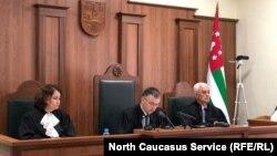 Суд не согласен с мнением истца Квициниа о том, что Рауль Хаджимба не набрал необходимого для победы количества голосов избирателей