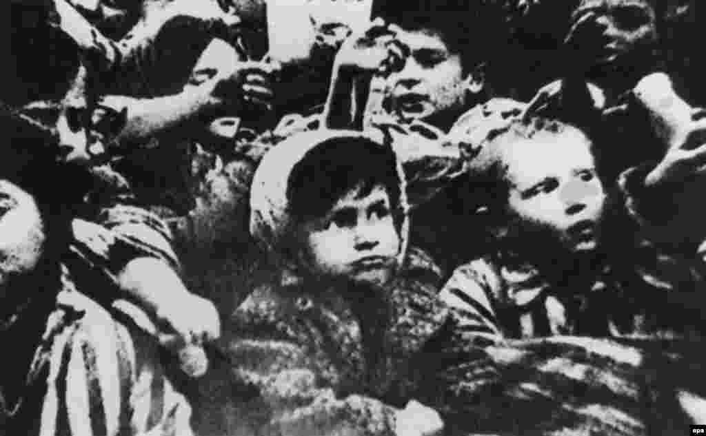 27.01. 1945. oslobođen je najveći nacistički logor smrti Auschwitz, simbol holokausta i stradanja, u kojem je tokom Drugog svetskog rata najmonstruoznije stradalo najmanje 1,5 milion ljudi.