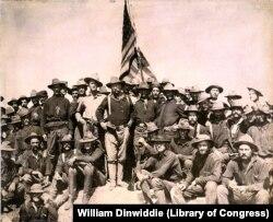 """Полковник Рузвельт и его """"Лихие всадники"""" на занятом ими холме. Битва при Сан-Хуан-Хилл. Июль 1898. Фото William Dinwiddie"""