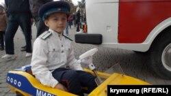 Хлопчик у міні-машині радянської ДАІ