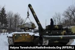 БРЕМ піднімає башту танка