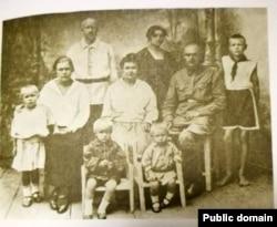 Міхась Зарэцкі (другі справа) са сваякамі. 1926 год