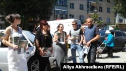 Родственники и близкие Дмитрия Яковенко проводят акцию протеста. Талдыкорган, 16 августа 2015 года.