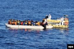 Итальянские военные моряки спасают беженцев из Эритреи в Средиземном море. 2017 год