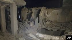 Одно из правительственных зданий в Триполи, разрушенное в результате авиаударов