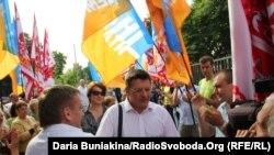 Міський голова Черкас Сергій Одарич (у центрі) під прапорами «Партії вільних демократів» (архівне фото)