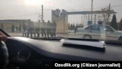 Узбекские силовики вдоль дороги.