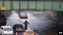 Так выглядела одна из улиц в нью-йоркском районе Куинс 28 августа 2011 г.