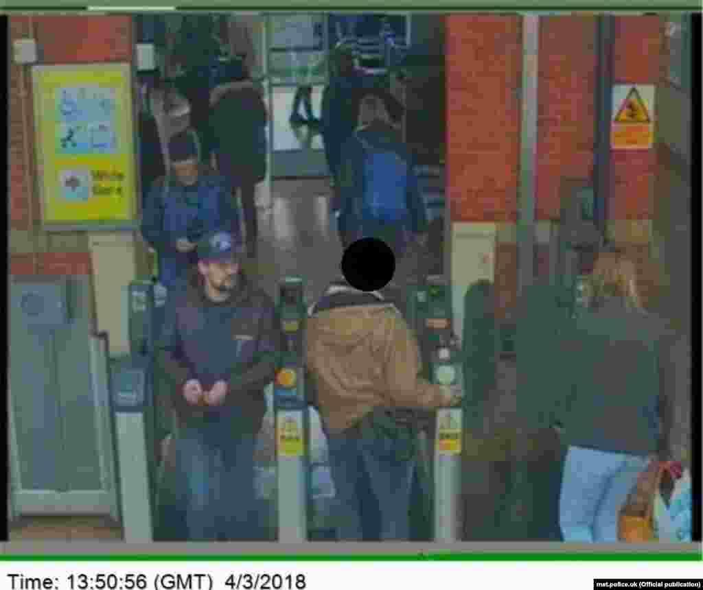 ეჭვმიტანილები სოლსბერის რკინიგზის სადგურზე, ბრუნდებიან ლონდონში. სათვალთვალო კამერის კადრი. 4 მარტი, 13:50.
