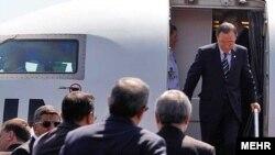 Пан Ґі Мун сходить із літака на летовищі Тегерана 29 серпня 2012 року