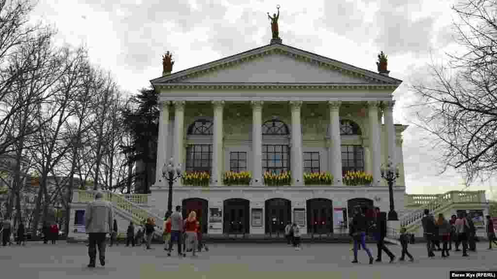 Драматичний театр імені Луначарського також прикрасили квітами