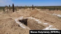 Подготовленное для захоронения место на кладбище под Алматы, отведенном для погребения умерших от коронавируса. 29 мая 2020 года.