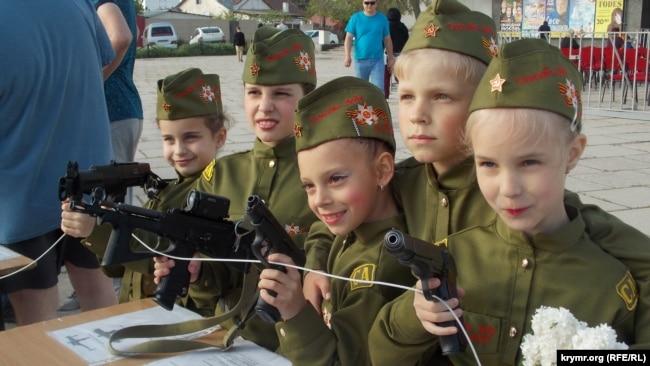 Дети на выставке спецтехники и ретроавтомобилей, Севастополь, 5 мая 2017 года