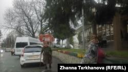 Возмущенные избиратели рассказали, что сторонники одного из кандидата организовали доставку людей из прилегающих сел, предлагают по 2 тысячи рублей за голос