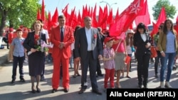 Lideri socialiști în fruntea unei coloane la un marş de 1 Mai