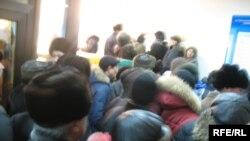 Өндіріс аулының тұрғындары Астана әкімдігіне хат тапсыруға жиналды. Астана, 24 ақпан, 2009 жыл.