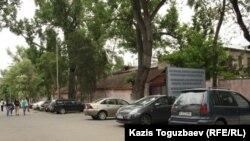 Общий вид на забор и здания республиканского центра психиатрии. Алматы, 8 мая 2013 года.