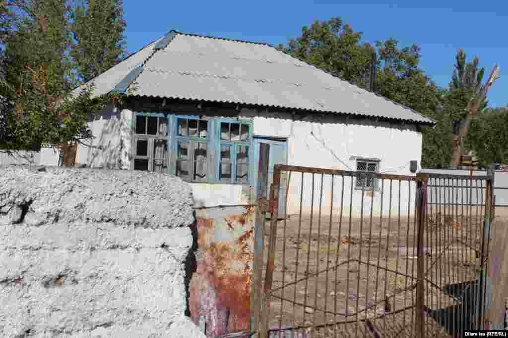 Заброшенный дом в селе. Его хозяева переехали в город.