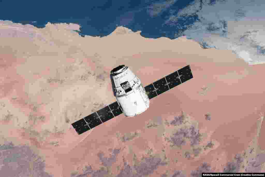 Екипажот е главното ажурирање на првата капсула Crew Dragon на SpaceX (на сликата), која леташе нa беспилотни мисии за снабдување на Меѓународната вселенска станица од 2012 година.