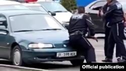 Бишкекте автоинспекторду сүзүп качып кеткен айдоочу кармалды.