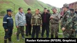 Кубатбек Боронов (оңдон экинчи) Сузактын көчкү жүргөн Кыржол айылында. 24-май, 2015-жыл