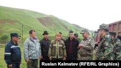Глава МЧС Кубатбек Боронов в селе Кыр-Жол. 24 мая 2015 года.