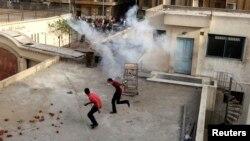 Эгіпэцкія хрысьціяне-копты ўцякаюць ад экстрэмістаў па даху галоўнага сабору ў Каіры
