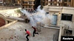 Христиане-копты бегут по крыше собора Святого Марка во время столкновений. Каир, 7 апреля 2013 года.