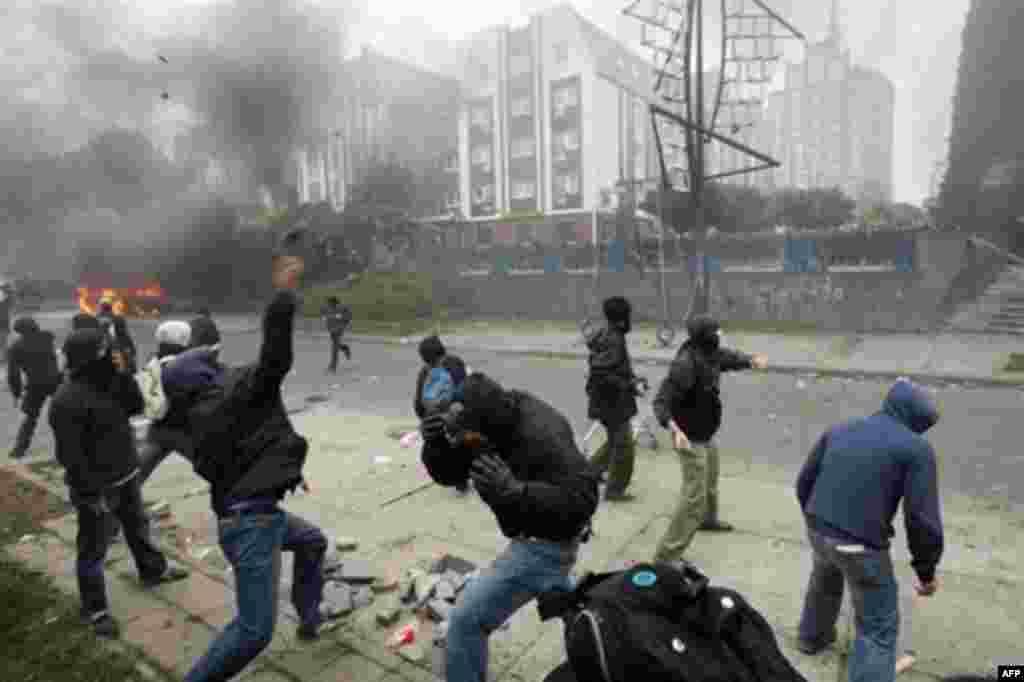 مخالفان می گویند که برخورد «غیرحرفه ای» پلیس، تظاهرات را به شورش بدل کرد