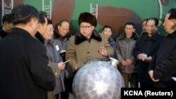 Північнокорейський лідер Кім Чен Ин зустрічається з вченими та інженерами, що працюють над розробкою ядерного озброєння, дата невідома