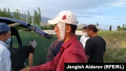 Раненый житель кыргызстанского села Чечме во время конфликта на границе с анклавом Сох. 31 мая 2020 года. Сообщается о пострадавших с обеих сторон.