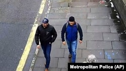 Сергей Скрипаль мен оның қызы Юлия Скрипальдің улануына күдіктілер. Ұлыбритания полициясы жариялаған кадр.