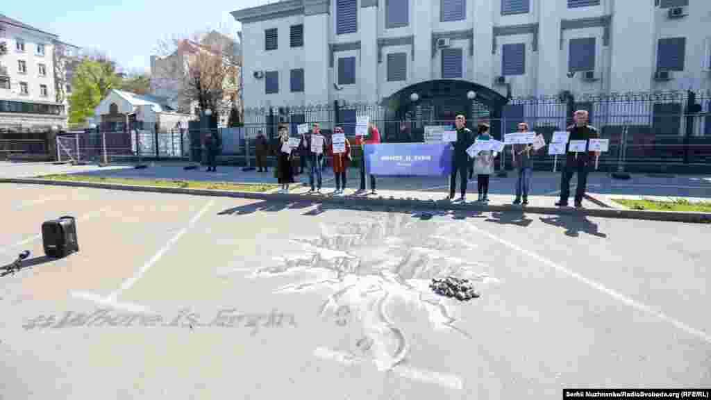 Как сообщают организаторы мероприятия, организация «КрымSOS», традиционная акция «Где Эрвин?» прошла под стенами российского посольства в десятый раз.