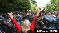 Противники разработки на шихане Куштау и сотрудники охранной организации. 15 августа 2020 года.