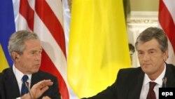 Джордж Буш (слева) и Виктор Ющенко на пресс-конференции в Киеве, 1 апреля 2008
