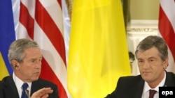 Буш (с) Украина президенты Виктор Ющенко белән матбугат очрашуында