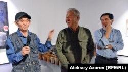 Участники группы «Кызыл трактор» Виталий Симаков (слева) и Смаил Баялиев пришли поздравить с открытием выставки своего одногруппника Арыстанбека Шалбаева (справа).
