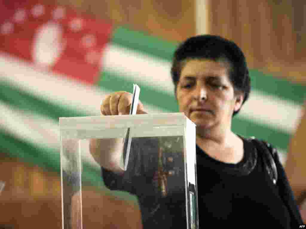 Женщина голосует на выборах президента самопровозглашенной республики Абхазия
