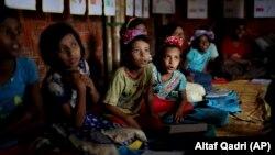 Рохинга деца во прифатилиште во Бангладеш каде голем број припадници на заедницата Рохинџа избегаа од мјанмарската армија