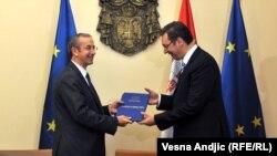 Šef delegacije EU u Srbiji Majkl Devenport uručuje izveštaj premijeru Srbije Aleksandru Vučiću