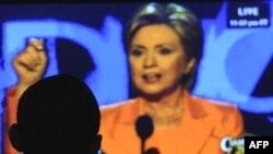 باراک اوباما سخنرانی هیلاری کلینتون را از طریق تلویزیون در مونتانا دنبال می کند. (عکس: AFP)