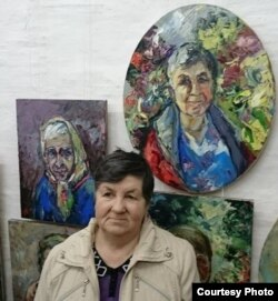 Фаина Шестерова перед собственным портретом