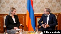 Премьер-министр Армении Никол Пашинян и заместитель помощникагоссекретаря США по вопросам Европы и Евразии Бриджит Бринк, Ереван, 28 мая 2018 г.